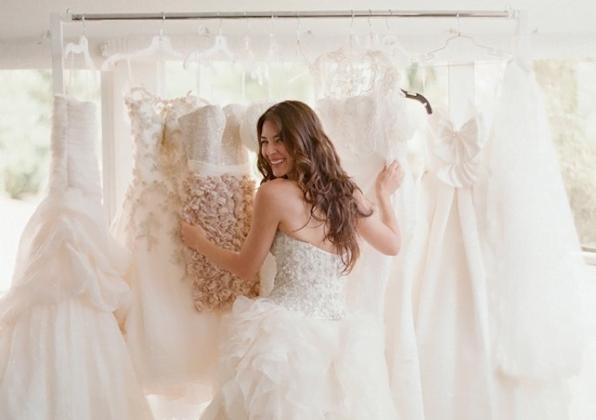 wedding-dress-shopping-bride-choosing-wedding-dress-Elizabeth-Messina